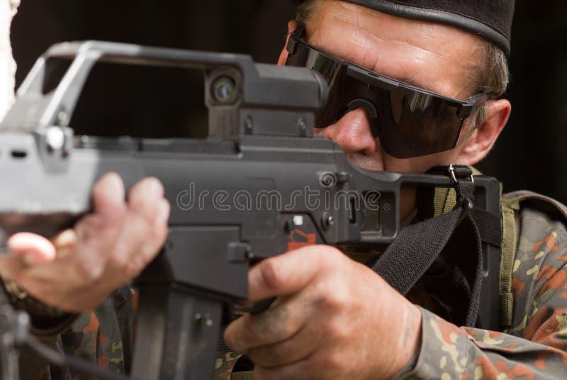 有枪的老战士 免版税库存照片