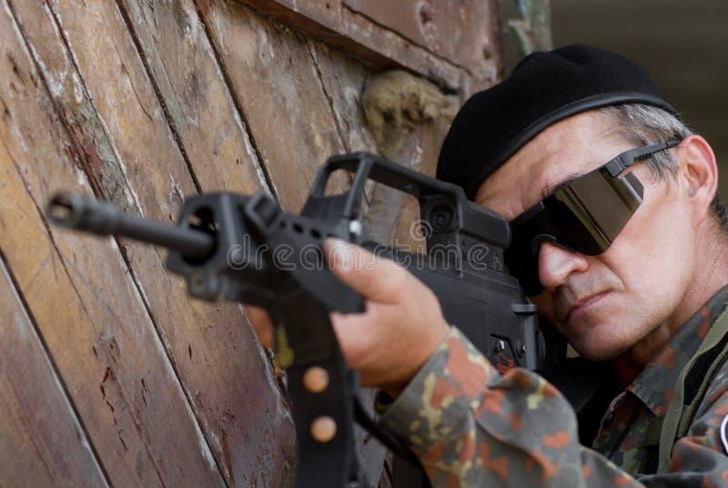 有枪的老战士 免版税库存图片