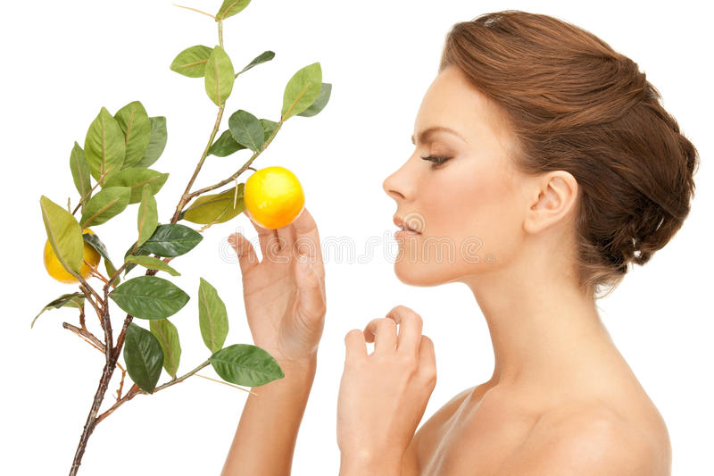 有柠檬枝杈的可爱的妇女 库存照片
