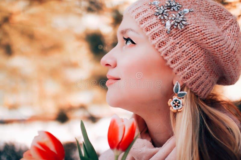 有查寻的花的美丽的白肤金发的妇女 外形春天画象 库存照片