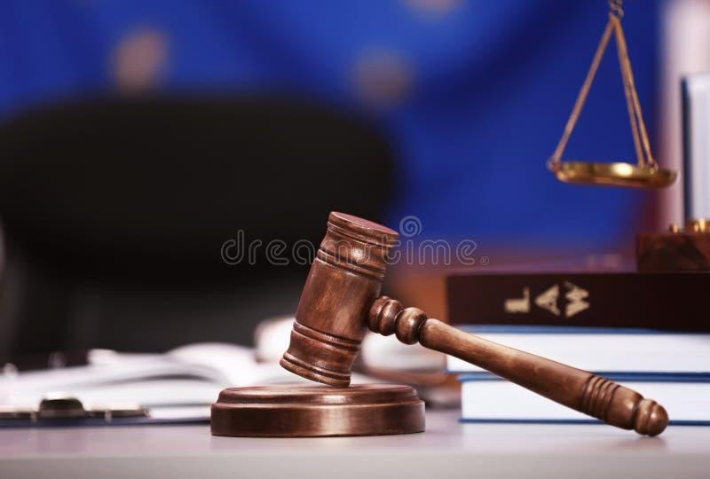 有标度和书的法官惊堂木 免版税库存照片