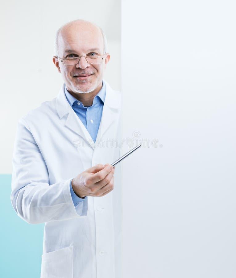 有标志的医生 免版税库存照片