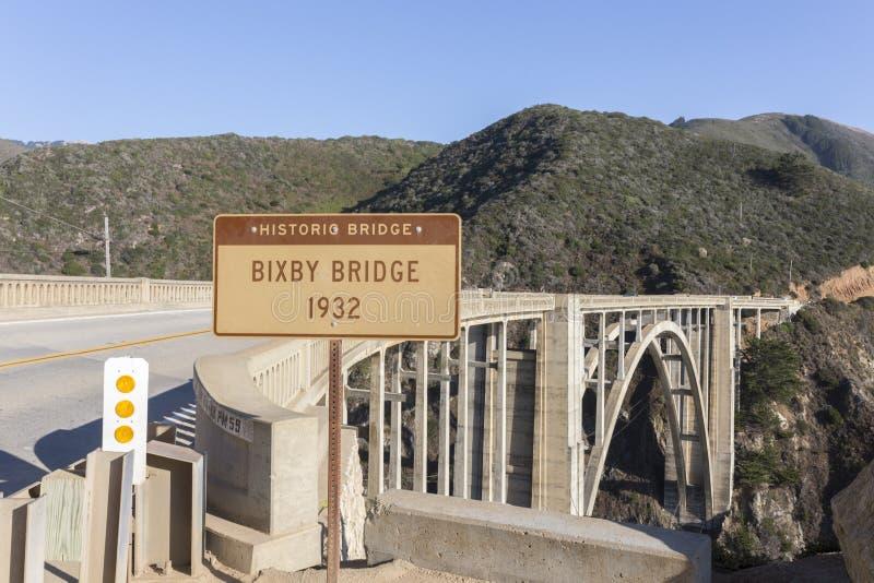 有标志的Bixby桥梁在一个美好的晴天 免版税库存图片