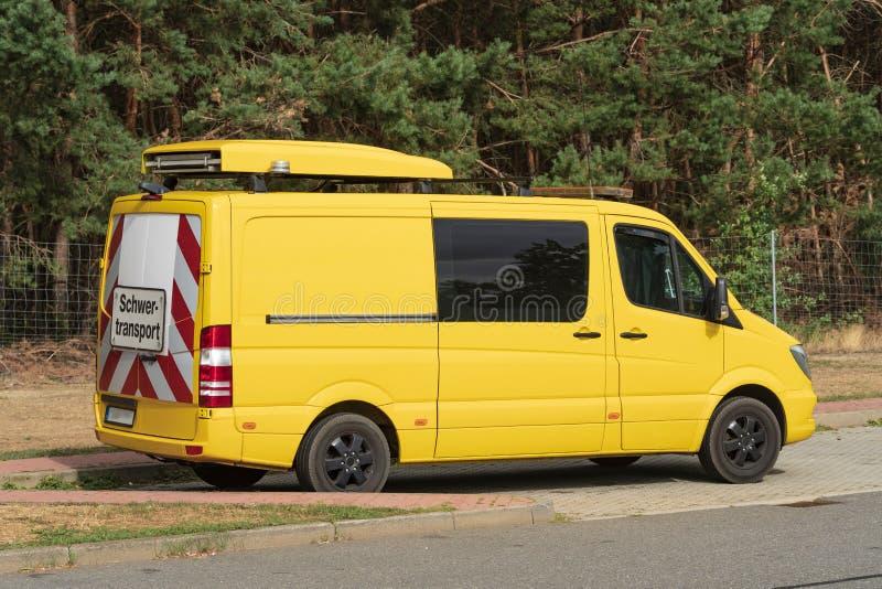 有标志重的运输的伴游车在后方 免版税库存照片