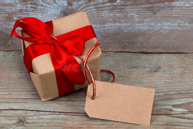 有标记的礼物盒与文本的空的空间在木backg 库存照片