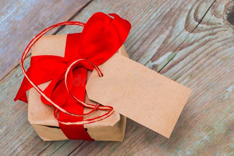 有标记的礼物盒与文本的空的空间在木backg 免版税库存照片