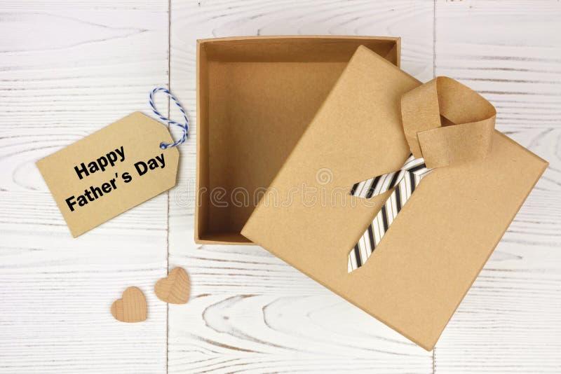 有标记的被打开的父亲节衬衣和领带礼物盒在白色木头 免版税库存图片