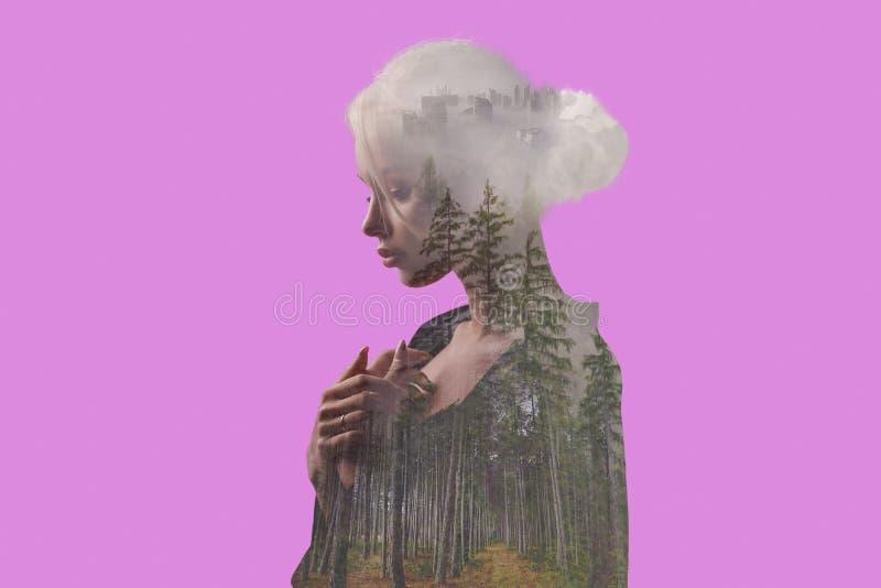有树、雾和城市的美丽的女孩在身体里面 向量例证