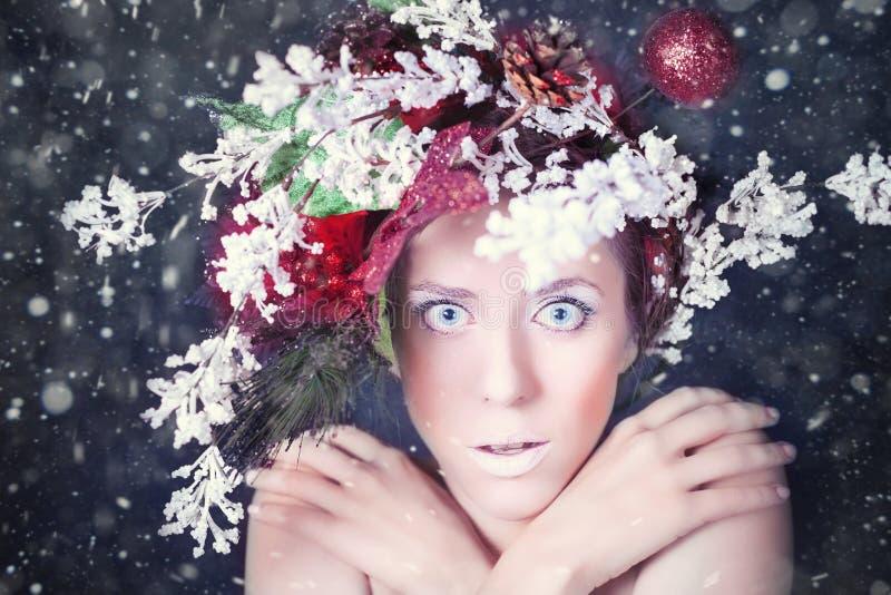 有树发型和构成的冻妇女在圣诞节,冬天 库存照片