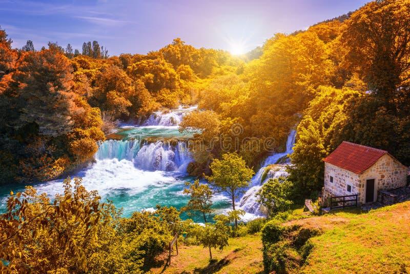 有树的秋天颜色的克尔卡河国立公园,著名旅行目的地在克罗地亚的达尔马提亚 克尔卡河瀑布在克尔卡河 免版税图库摄影