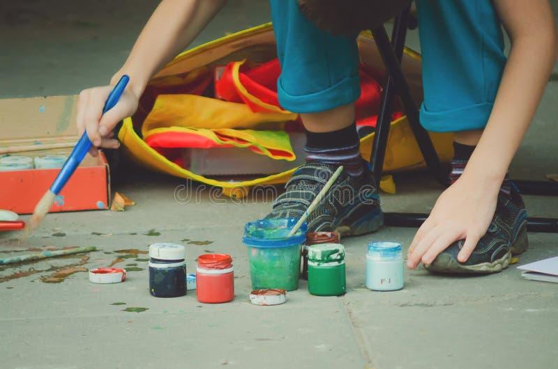 有树胶水彩画颜料油漆和刷子的瓶 免版税库存图片