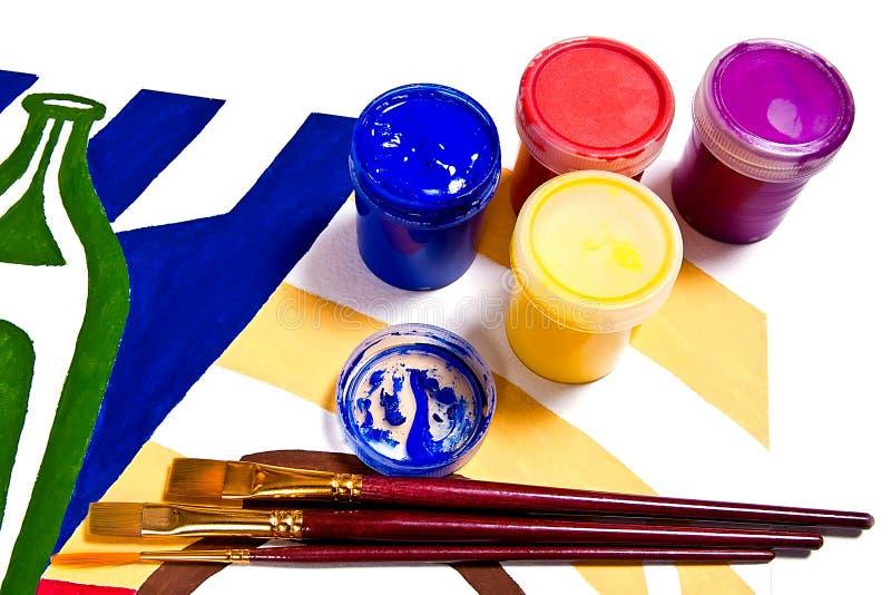 有树胶水彩画颜料油漆和不同的种类的瓶刷子 库存图片