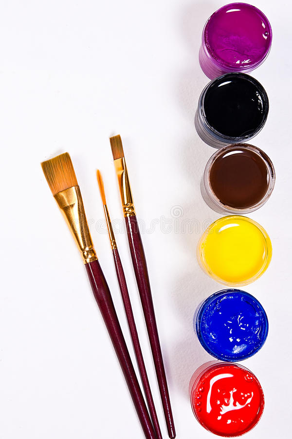 有树胶水彩画颜料油漆和不同的种类的瓶刷子 库存照片