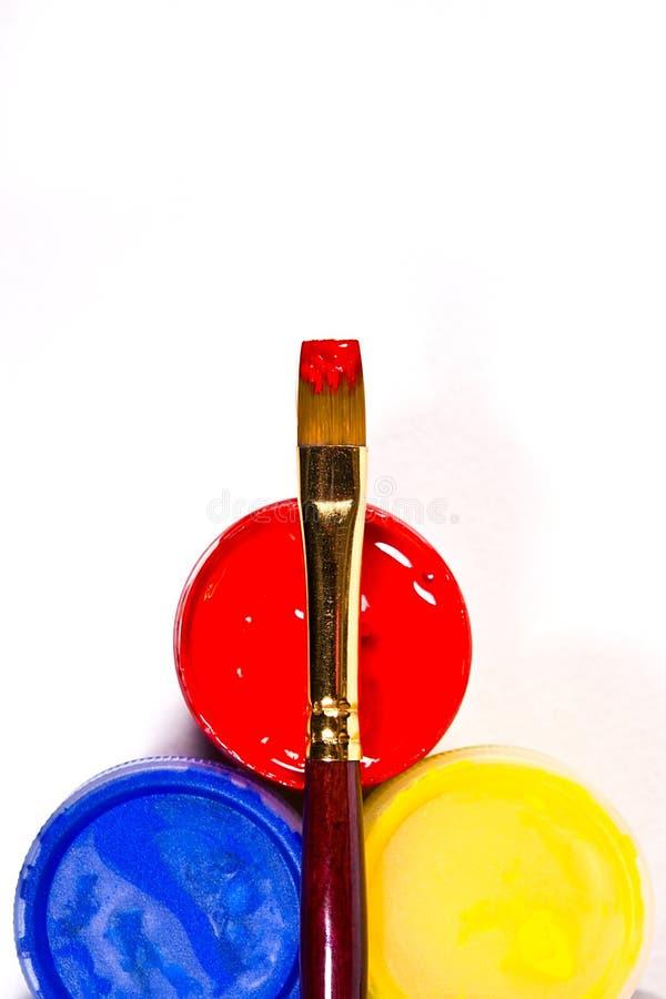 有树胶水彩画颜料油漆和不同的种类的瓶刷子 免版税库存照片