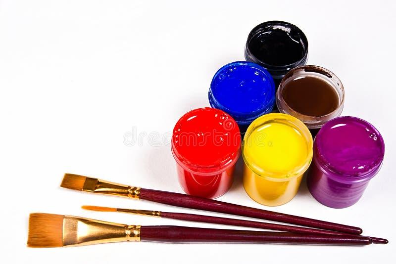 有树胶水彩画颜料油漆和不同的种类的瓶刷子 免版税库存图片