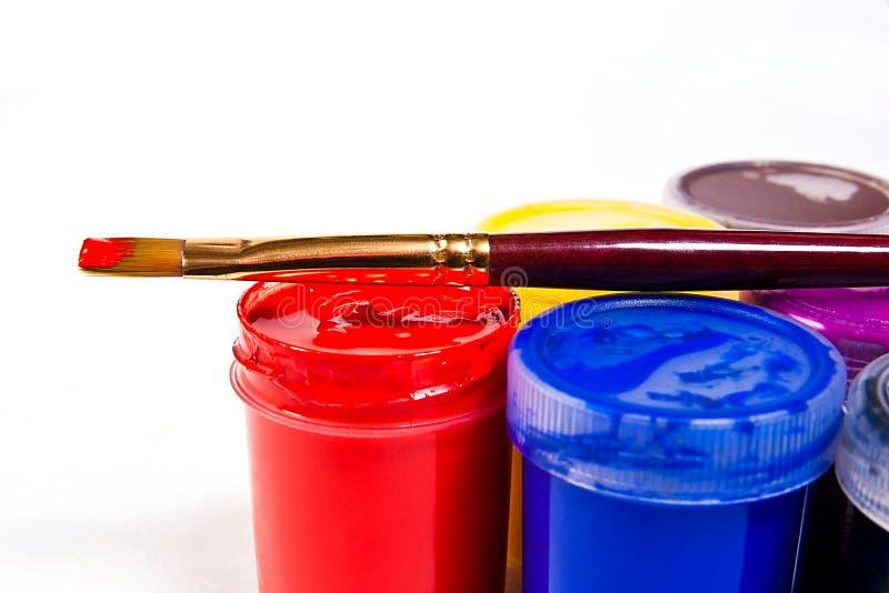 有树胶水彩画颜料油漆的艺术性的绘画的瓶和刷子 库存图片