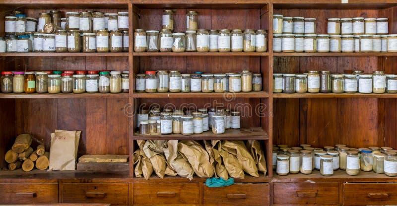 有样品的瓶子在一个老实验室 库存照片