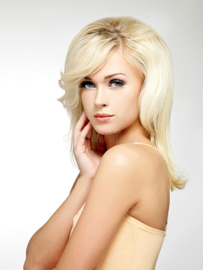 有样式发型的美丽的白肤金发的妇女 免版税图库摄影