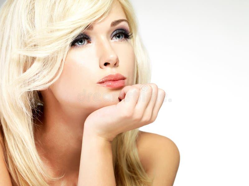 有样式发型的美丽的白肤金发的妇女 库存图片