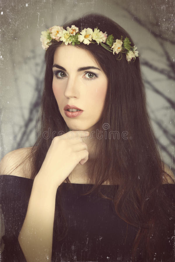 有样式构成和花的女孩。在葡萄酒颜色样式的照片。 免版税库存照片