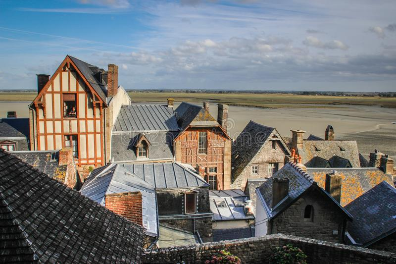 有样式的石中世纪房子在墙壁和屋顶上在圣米歇尔修道院城市  免版税库存图片
