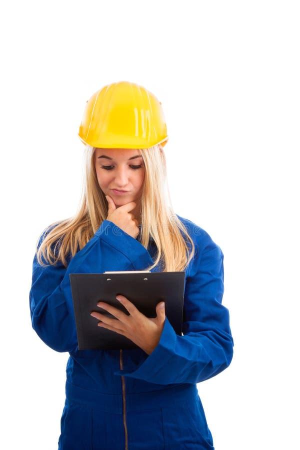 有核对清单的女性工程师 免版税库存图片