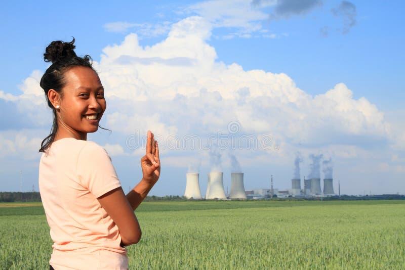 有核电站的Dukovany微笑的妇女 免版税库存图片