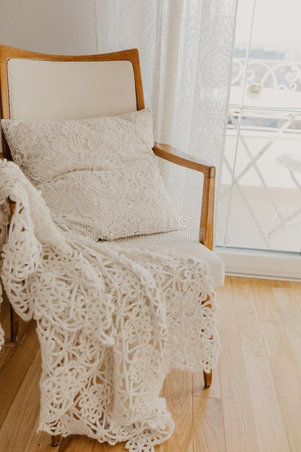 有格子花呢披肩和枕头的白色扶手椅子 普罗旺斯样式 免版税库存图片