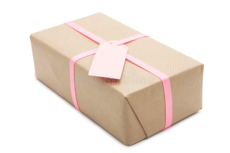 有桃红色丝带和标签的礼物盒。 免版税库存照片