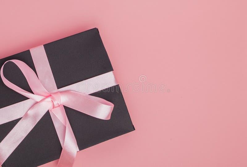 有桃红色丝带的礼物盒在桃红色背景 日母亲s 生日 红色上升了 复制空间 库存图片