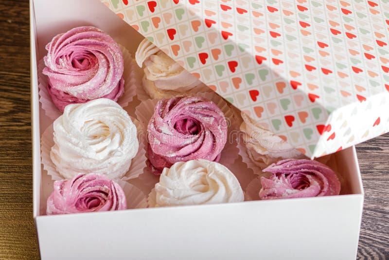 有桃红色和白色和风的箱子 图库摄影