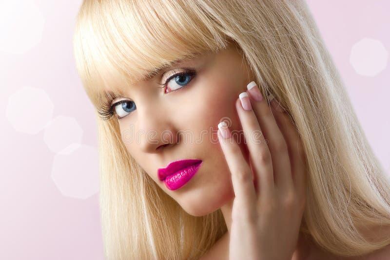 有桃红色嘴唇的白肤金发的妇女 免版税图库摄影