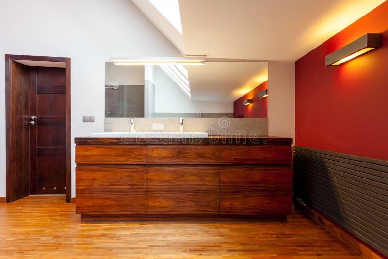 有桃红色墙壁的卫生间 免版税库存照片