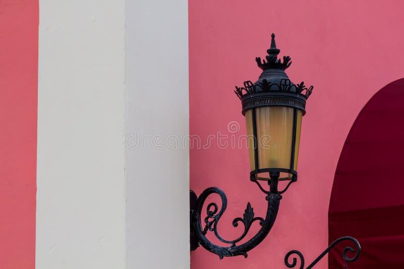 有桃红色墙壁的灯 库存照片