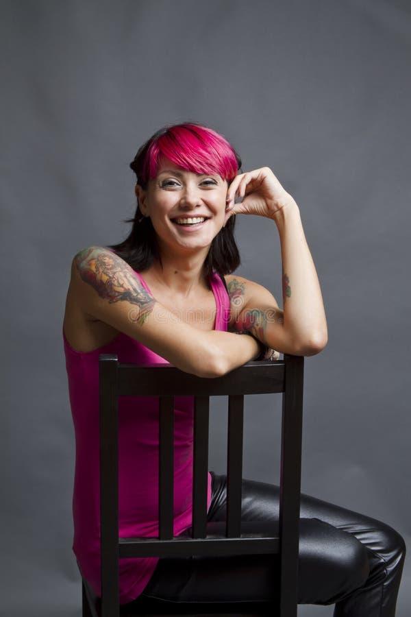 有桃红色头发和纹身花刺的妇女 库存照片
