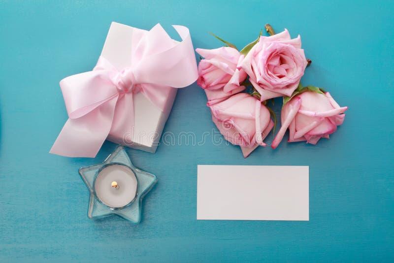 有桃红色玫瑰的礼物盒 免版税库存照片
