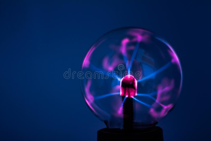 有桃红色电光芒的等离子灯 库存图片
