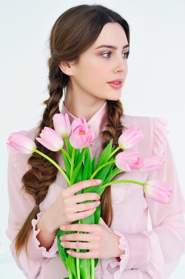 有桃红色的美丽的少妇开花花束 免版税库存照片