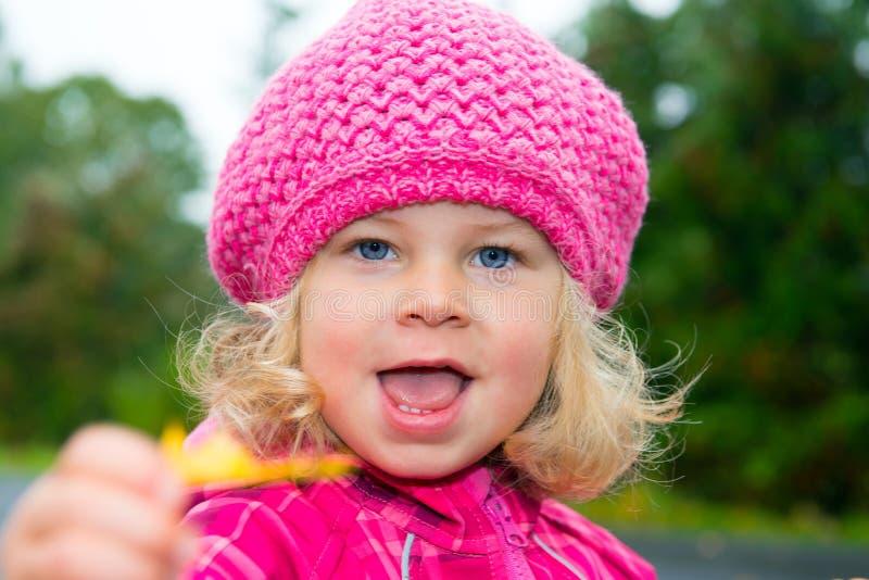有桃红色盖帽的女孩 免版税库存照片
