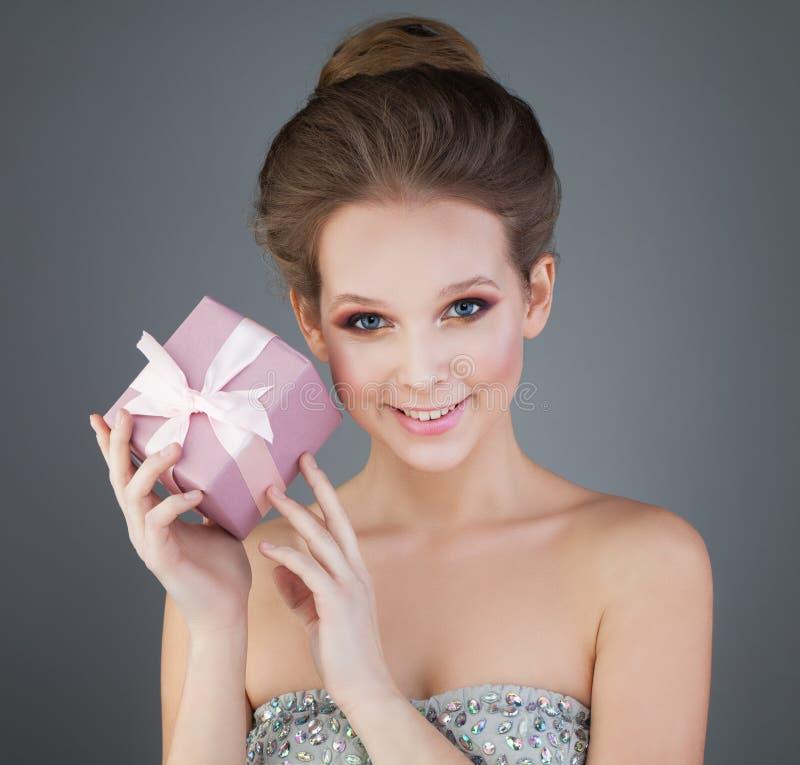 有桃红色礼物的女孩 免版税图库摄影