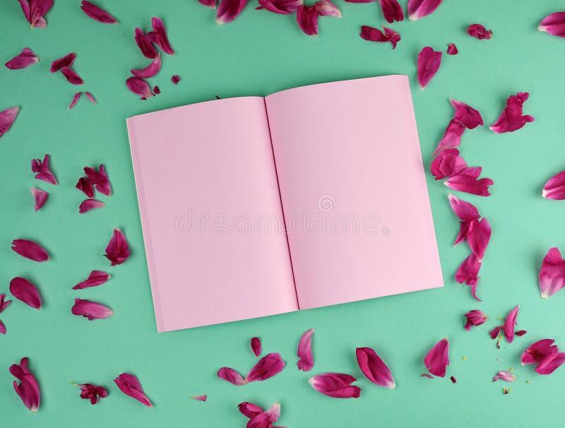 有桃红色空白页的开放笔记本,顶视图 库存照片