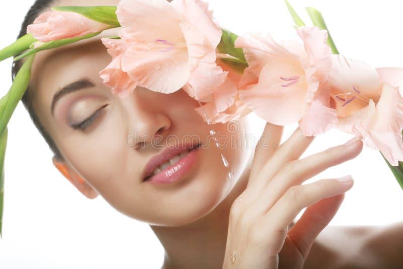 有桃红色花的美丽的妇女 免版税库存照片