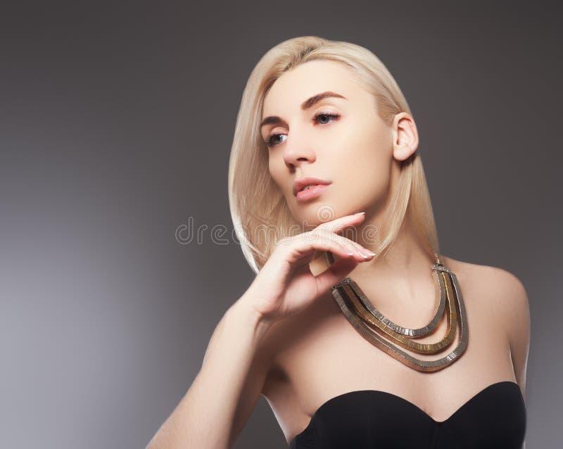 有桃红色金属修指甲的美丽的式样女孩在钉子 时尚构成和化妆用品 免版税库存图片
