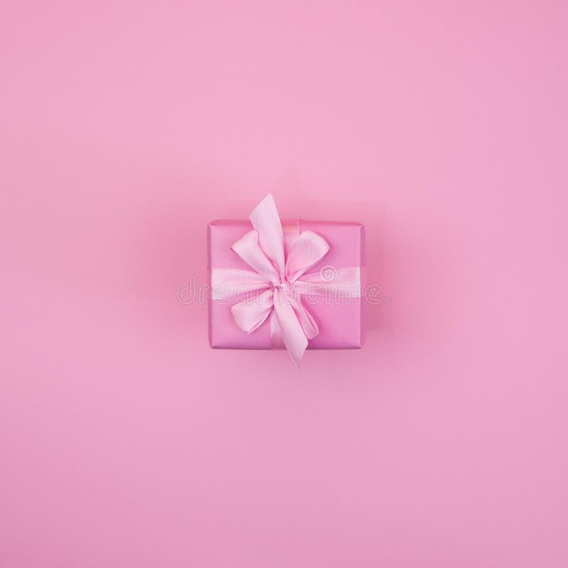 download 有桃红色颜色的装饰欢乐礼物盒在桃红色背景 库存照片.