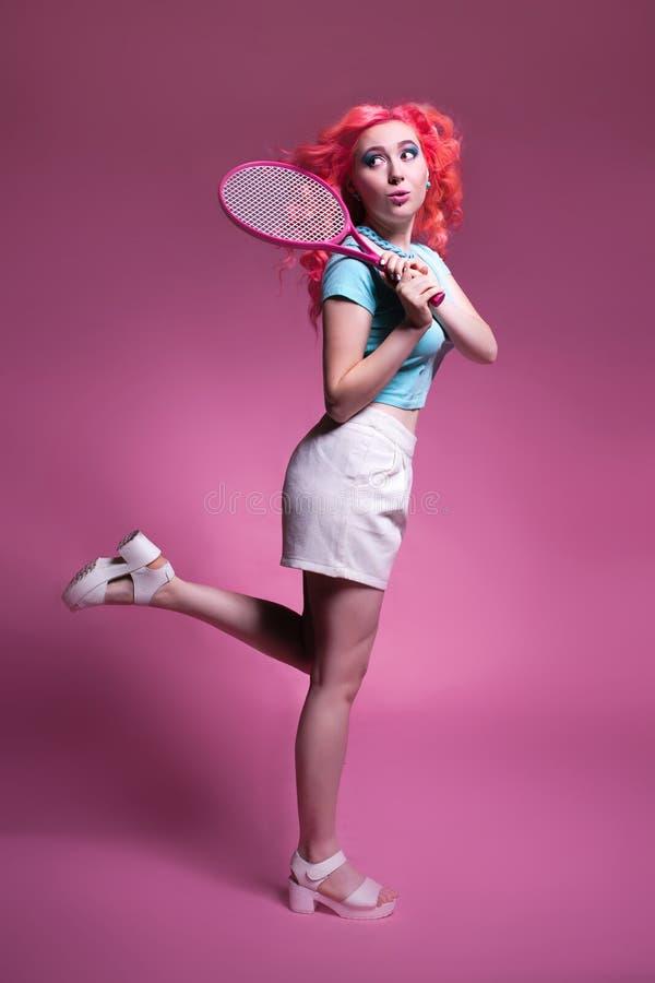 干色姑娘成人网_有桃红色头发的女孩打在桃红色背景的网球