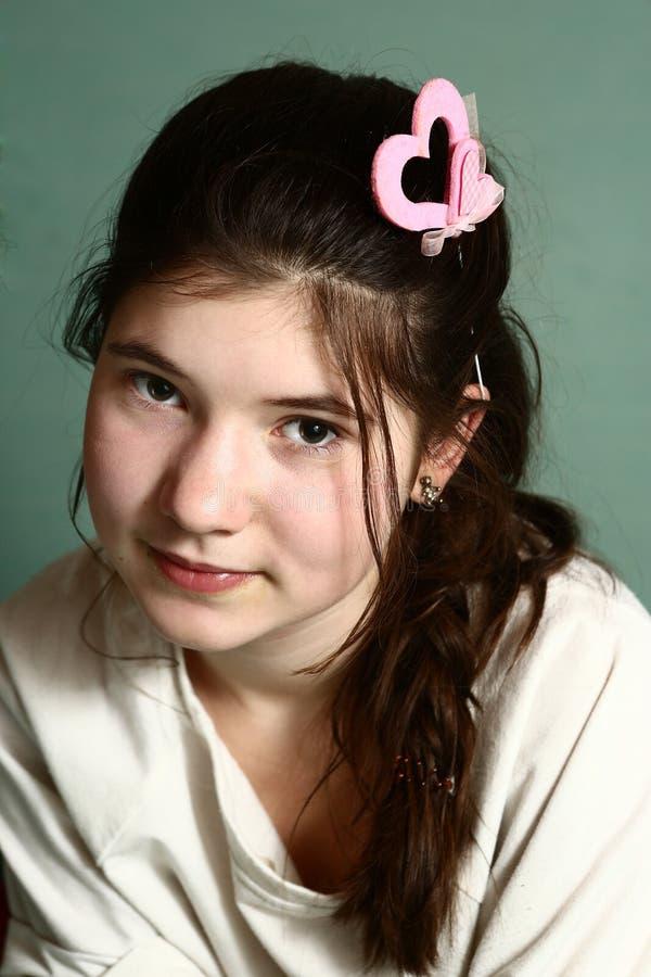 有桃红色valentives心脏hairclipse的女孩 库存图片