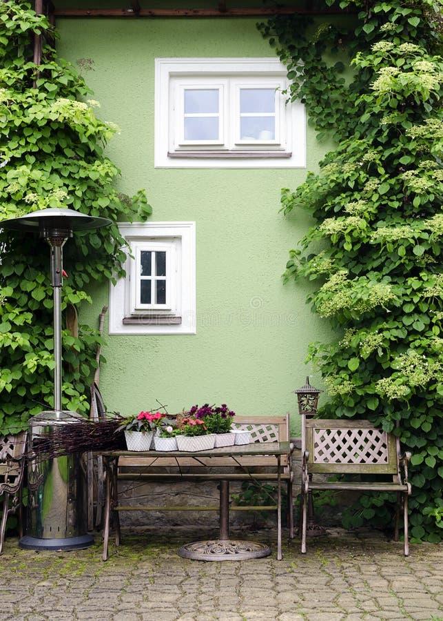 有桌和椅子的露台庭院 免版税库存图片