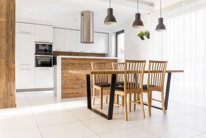 有桌的新的白色厨房 免版税库存照片