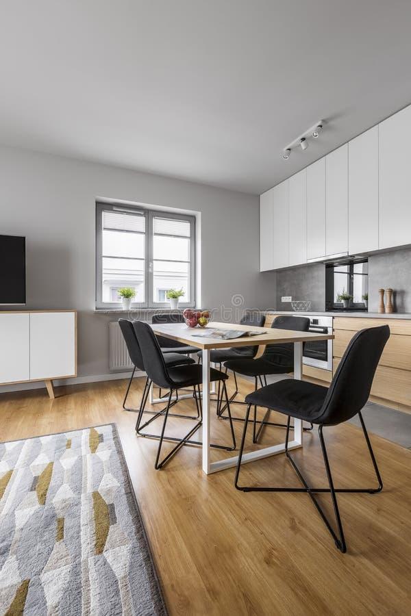 有桌的新的顶楼厨房 库存图片