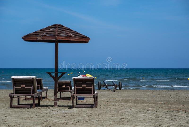 有桌的海伞在海滩 库存照片